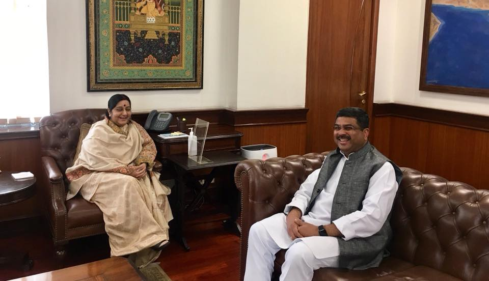 Union Minister of P&NG and SD&E met External Affairs Minister at New Delhi on 13th Nov'17 & briefed her about oil and gas projects in different countries