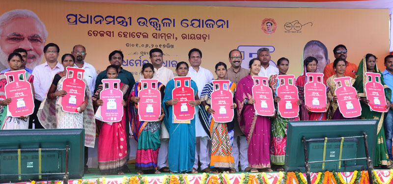 Shri Dharmendra Pradhan distributed the free LPG connections to poor women June,01-207