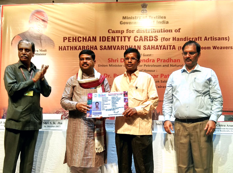 Shri Dharmendra Pradhan distributing the Pehchan Identity Cards to the handicraft artisans June,03-207