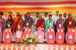 Hon'ble MoS(I/C) PNG along with Hon'ble Minister of Tribal Affairs with the Ist group of beneficiaries of PMUjjwalaYojana in the state level launching of programme at Sambalpur, Odisha on 20th June'16
