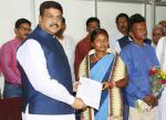 Hon'ble MoS(I/C) PNG felicitating Ms Jamunamani Singh, tribal ASHA worker of Nilagiri in Balasore district for her role in the eradication of malaria on 01st Dec'15 at Bhubaneswar.