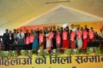 Hon'ble CM, Maharashtra, Hon'ble RTH&S Minister and Hon'ble MoS(I/C) PNG with PMUjjwalaYojna beneficiaries during it's launch at Nagpur on 23rd Dec'16