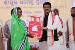 Hon'ble MoS(I/C) PNG distributing LPG connections under Pradhan Mantri Ujjawala Yojana (PMUY) at Pallahara on 31st Oct'16