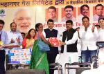 Hon'ble Maharastra CM and Hon'ble MoS(I/C) PNG distributing LPG connections, stoves along with insurance & safety instructions during the launch of #PMUjjwalaYojna in Mumbai on 07th Oct'16