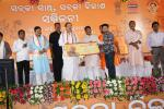 Hon'ble Urban Development Minister and Hon'ble MoS(I/C) PNG handing over cheques under Pradhan Mantri Mudra Yojanae at Bhubaneswar on 12th June'17