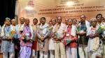 Shri Dharmendra Pradhan with the famous artisans and handloom weavers on June, 03-2017