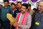 Shri Dharmendra Pradhan visiting the craft demonstration exhibition June, 03-2017