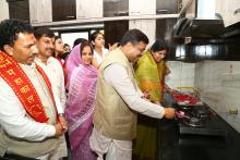 Hon'ble MoS(I/C) PNG lighting up a Gas Burner in one of the households receiving Domestic Piped Gas Supply at Ujjain on 30th March'15.
