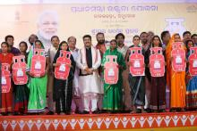 Hon'ble MoS(I/C) PNG addressing the gathering during the inauguration of the programme for distribution of LPG connections under Pradhan Mantri Ujjawala Yojana (PMUY) at Pallahara on 31st Oct'16